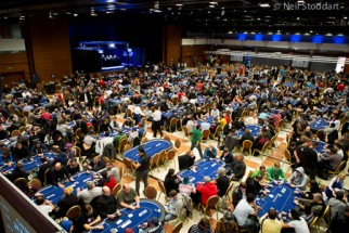 packed_tournament_room_ept10_prague_day1b